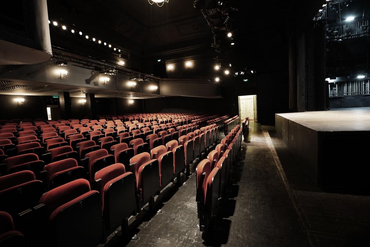 Билеты в мдт театр европы купчино формула кино афиша цены